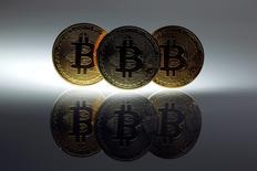 Une semaine après le dépôt de bilan de MtGox, l'une des principales plateformes d'échange de bitcoins, le gouvernement japonais peine à définir le cadre juridique dans lequel évolue la monnaie virtuelle. Selon le document publié par les autorités japonaises, les bitcoins ne sont pas une monnaie et n'ont pas de pouvoir libératoire, mais pourraient, selon les circonstances, être soumis à l'impôt et tomber sous le coup de la réglementation sur le blanchiment. /Photo d'archives/REUTERS/Pawel Kopczynski