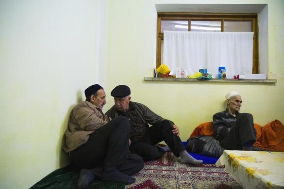 Crimean Tatars gather for Friday prayers in the Khan Chair mosque in Bakhchisaray, near Simferopol March 7, 2014. REUTERS-Thomas Peter