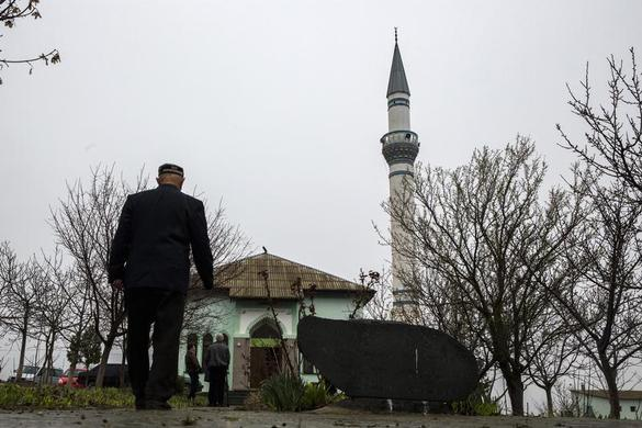 A Crimean Tatar arrives for Friday prayers at the Khan Chair mosque in Bakhchisaray, near Simferopol March 7, 2014. REUTERS-Thomas Peter