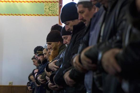 Crimean Tatars pray in the Khan Chair mosque in Bakhchisaray, near Simferopol March 7, 2014. REUTERS-Thomas Peter