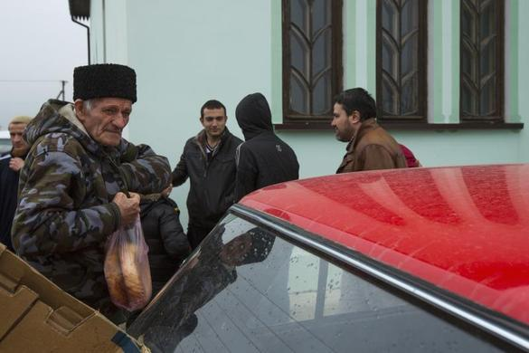 Crimean Tatars leave the Khan Chair mosque after prayers in Bakhchisaray, near Simferopol March 7, 2014. REUTERS-Thomas Peter