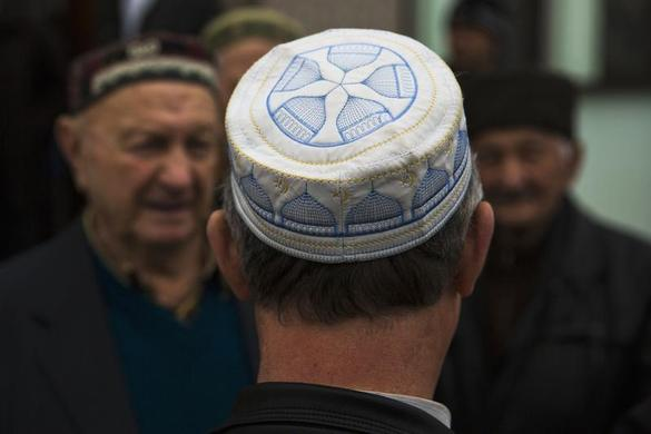 Crimean Tatars talk after praying in the Khan Chair mosque in Bakhchisaray, near Simferopol March 7, 2014. REUTERS-Thomas Peter