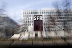 Le siège de SFR à Saint-Denis, en banlieue parisienne. L'agence de notation Fitch Ratings estime que le profil de crédit de Vivendi profiterait plus d'une fusion de SFR, sa filiale télécoms, en acceptant l'une des deux offres en lice que d'une scission, autre option envisagée. /Photo prise le 7 mars 2014/REUTERS/Charles Platiau