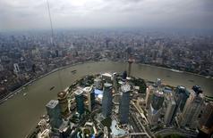 Vue de Shanghai. L'OCDE estime que la reprise est bien engagée dans les économies avancées mais que le ralentissement de l'activité en cours dans les grands pays émergents  ne permettra qu'une croissance mondiale au mieux modérée cette année. /Photo d'archives/ REUTERS/Carlos Barria