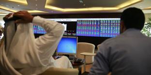 Traders à la Bourse du Qatar. La zone euro attire plus que jamais les investisseurs étrangers ces dernières semaines, sa reprise économique séduisant ceux qui se détournent des marchés émergents. De nombreux investisseurs avaient boudé l'Europe pendant la crise des dettes souveraines. Mais maintenant ce sont des économies émergentes dont ils se désengagent et les flux vers les actions européennes atteignent le record de 36 milliards de dollars depuis début janvier, selon des données d'EPFR Global. /Photo prise le 4 février 2014/REUTERS/Mohammed Dabbous