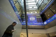 Informations électroniques à la Bourse de Londres (LSE). Poundland, dont les magasins proposent toutes sortes de marchandises au prix unique d'une livre sterling, a connu mercredi des débuts encourageants à la Bourse de Londres, son action bondissant de 33% pour atteindre 388 pence, valorisant la société à 977,8 millions de livres (1,17 milliard d'euros) autour de 14h30 GMT. /Photo d'archives/REUTERS/Paul Hackett
