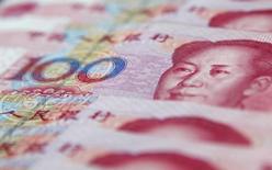 La Banque centrale chinoise a élargi la marge de fluctuation quotidienne du yuan, dans un contexte visant à permettre à la devise chinoise d'être plus réactive aux forces du marché. A partir du 17 mars, le taux de change du renminbi sera autorisé à monter ou à baisser de 2% à partir de son taux pivot quotidien fixé chaque matin par la banque centrale. /Photo d'archives/REUTERS/Carlos Barria