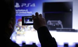 """Sony a dévoilé mardi un prototype de casque de réalité virtuelle pour sa console PlayStation 4, à l'occasion de la """"Game Developers Conference"""" à San Francisco. L'équipement, baptisé """"Morpheus"""" et toujours en développement, promet une expérience d'immersion grâce à un casque couvrant intégralement le champ de vision et des écouteurs stéréo intégrés. /Photo prise le 21 février 2014/REUTERS/Yuya Shino"""
