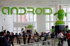 LG Electronics et Motorola Solutions seront les premiers fabricants à proposer, dans les prochains mois, des montres fonctionnant avec le système d'exploitation Android de Google. La G Watch de LG Electronics sera disponible dans le courant du deuxième trimestre et la société américaine prévoit de lancer sa Moto 360 cet été. /Photo d'archives/REUTERS/Stephen Lam