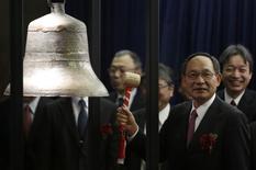 Le PDG de Japan Display, Shuichi Otsuka, sonne la cloche à la Bourse de Tokyo. Le premier fabricant mondial d'écrans pour smartphones a chuté de 17% mercredi pour sa première séance de cotation à Tokyo, des débuts manqués qui font suite à ceux de Hitachi Maxwell la veille et reflètent la désaffection des investisseurs étrangers pour la place japonaise cette année. /Photo prise le 19 mars 2014/REUTERS/Yuya Shino