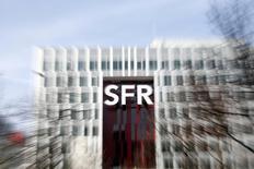 Bouygues a amélioré son offre sur SFR, la filiale télécoms de Vivendi, en relevant notamment de près de deux milliards d'euros la partie en numéraire de sa proposition qui prévoit également l'implication de plusieurs partenaires, dont la Caisse des dépôts et Consignations (CDC). /Photo prise le 7 mars 2014/REUTERS/Charles Platiau