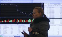 Ecrans devant les locaux de la Bourse de Moscou. La capitalisation de la Bourse de Moscou a fondu d'environ 50 milliards d'euros depuis le début du mois en réponse à l'incursion militaire russe en Ukraine et à l'annexion de la Crimée, mais bien hardi serait l'investisseur qui s'y aventurerait en espérant réaliser une bonne affaire. La Bourse russe était mal en point avant même les événements en Ukraine et sa situation devrait empirer avec notamment les sanctions occidentales. /Photo prise le 14 mars 2014/REUTERS/Maxim Shemetov