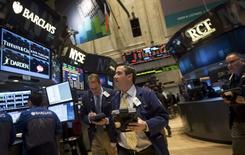 Les marchés d'actions américains ont ouvert en hausse mardi, les investisseurs voulant croire en l'imminence de l'annonce d'un plan de soutien de Pékin à l'économie chinoise, mais les craintes d'une escalade des tensions en Ukraine et en Russie incitent les investisseurs à rester prudents. Quelques minutes après l'ouverture, l'indice Dow Jones gagne 0,72%, Le Standard & Poor's 500 progresse de 0,67% et le Nasdaq Composite prend 0,79%. /Photo prise le 24 mars 2014/REUTERS/Brendan McDermid