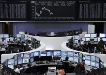 Les Bourses européennes ont réduit leurs pertes jeudi à la mi-séance. À Paris, le CAC 40 recule de 0,2% à 4.376,17 points vers 11h50 GMT. À Francfort, le Dax cède 0,22% et à Londres, le FTSE 0,48%.  /Photo prise le 27 mars 2014/REUTERS