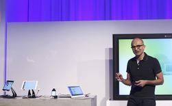 Le nouveau directeur général de Microsoft, Satya Nadella, lors d'une conférence de presse  à  San Francisco. Microsoft a dévoilé jeudi une version très attendue de sa suite bureautique Office dédiée à la tablette iPad d'Apple. Ce lancement marque une rupture avec la stratégie consistant à favoriser Windows au détriment des autres systèmes d'exploitation, ainsi qu'une ouverture sur le mobile. /Photo prise le 27 mars 2014/REUTERS/Robert Galbraith