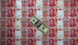 La part du dollar dans les réserves de change des banques centrales pourrait diminuer de 10% à 15% dans les années à venir sans menacer réellement son rôle de principale monnaie de réserve mondiale, a déclaré un des responsables de la Banque des règlements internationaux (BRI). /Photo d'archives/REUTERS/Petar Kujundzic