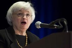 """La présidente de la Fed, Janet Yellen a assuré lundi que l'engagement """"exceptionnel"""" de la banque centrale à soutenir l'économie américaine, notamment un marché de l'emploi qui reste poussif, continuerait à s'imposer pour quelque temps. /Photo prise le 31 mars 2014/REUTERS/John Gress"""