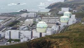 Une centrale nucléaire de la companie d'électricité japonaise lHokkaido Electric Power, à Tomari sur l'île d'Hokkaido. L'entreprise a demandé une injection de capitaux de 50 milliards de yens (351 millions d'euros), devenant ainsi le deuxième opérateur nucléaire du pays à être renfloué depuis la catastrophe de Fukushima. /Photo d'archives/REUTERS/Kyodo