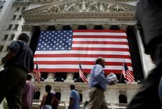 Wall Street a ouvert mercredi en légère baisse en réaction à un indicateur signalant une hausse des créations d'emplois dans le secteur privé en mars moins importante que prévu. L'indice Dow Jones perdait dans les premiers échanges 0,03% et le Standard & Poor's 500 0,07%, mais le Nasdaq Composite gagnait 0,21%. /Photo d'archives/REUTERS/Brendan McDermid