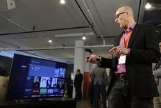 Un journaliste teste le boîtier Fire TV d'Amazon, présenté mercredi et qui permet d'accéder à des contenus vidéos et des programmes de télévision. D'après le site de commerce en ligne,il  sera plus puissant et plus facile à utiliser que ses concurrents, comme l'Apple TV. /Photo prise le 2 avril 2014/REUTERS/Eduardo Munoz