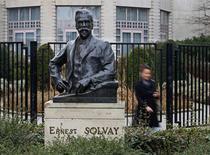 """Le titre Solvay figure au rang des valeurs à suivre ce jeudi à la Bourse de Paris, alors qu'UBS a abaissé sa recommandation sur le titre du groupe de chimie à """"neutre"""", contre """"acheter"""" précédemment. /Photo d'archives/REUTERS/Yves Herman"""
