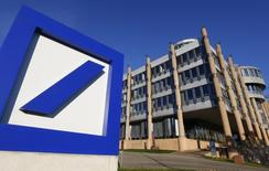 Selon des analystes, Deutsche Bank pourrait être obligée de provisionner plusieurs milliards d'euros supplémentaires si une proposition des autorités européennes du secteur entre en vigueur, ce qui pourrait affecter sa capacité à renforcer son bilan et compromettre sa politique de dividendes. /Photo prise le 10 septembre 2013/REUTERS/Yves Herman