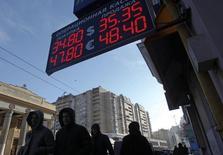 Vitrine d'un bureau de change à Moscou. La fuite des capitaux de Russie a atteint 63,7 milliards de dollars (46,19 milliards d'euros) au premier trimestre, montrent des chiffres publiés par la banque centrale qui illustrent les difficultés économiques que rencontre le pays. /Photo prise le 30 janvier 2014/REUTERS/Maxim Shemetov