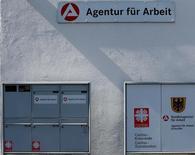Une agence pour l'emploi en Allemagne. La mise en place d'un salaire minimum coûtera 200.000 emplois à l'économie allemande, estiment les principaux instituts économiques allemands dans un rapport à paraître jeudi et qu'un journal a pu consulter. /Photo d'archives/REUTERS/Michael Dalder