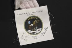 L'image d'un aigle volant au-dessus de la surface de la Lune, l'emblème de la mission Apollo 11 qui permit en 1969 à des hommes de poser pour la première fois le pied sur l'astre mort. Cette image, signée par les trois astronautes de la mission et vendue aux enchères comme d'autres objets retraçant l'exploraiton spatiale, a été payée 62;500 dollars par un acheteur. La vente, mardi à New York, a rapporté au total un million de dolalrs. /Photo prise le 4 avirl 2014/REUTERS/Brendan McDermid