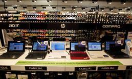 Les ventes mondiales d'ordinateurs individuels ont baissé au cours des trois premiers mois de l'année, leur huitième trimestre consécutif de repli. Les ventes de PC ont reculé de 4,4% sur janvier-mars par rapport à la même période de 2013 selon le cabinet IDC. De son côté, Gartner fait état d'une baisse de 1,7% des ventes de PC au premier trimestre. /Photo d'archives/REUTERS/Eric Gaillard