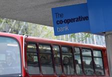 Co-operative Bank a confirmé vendredi une perte imposable de 1,3 milliard de livres (1,6 milliard d'euros) au titre de 2013, la banque britannique présentant au passage ses excuses à ses clients et annonçant qu'elle ne verserait pas les cinq millions de livres de bonus qui étaient dûs à ses anciens dirigeants. /Photo prise le 11 avril 2014/REUTERS/Toby Melville