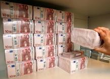 Les banques françaises ont annoncé vendredi la création d'un véhicule de refinancement de prêts aux PME et ETI, qui a émis le même jour 2,65 milliards d'euros de titres garantis en vue d'accroître la liquidité de ces créances sur les marchés. /Photo d'archives/REUTERS/Heinz-Peter Bader