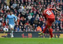 """Игрок """"Ливерпуля"""" Фелиппе Коутинью (справа) забивает гол в ворота """"Манчестер Сити"""" в матче чемпионата Англии в Ливерпуле 13 апреля 2014 года. REUTERS/Nigel Roddis"""