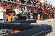 Рабочий на месторождении Кашаган в Каспийском море 21 августа 2013 года. Казахстан из-за задержки возобновления добычи углеводородов на гигантском месторождении Кашаган ищет способы возместить в 2014 году добычу как минимум 1,5 миллиона тонн нефти за счет других проектов. REUTERS/Stringer