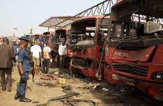 Саперы ищут улики на месте взрыва в Ньяньяне близ Абуджи 14 апреля 2014 года. По меньшей мере 71 человек погиб в результате взрыва, прогремевшего в час пик на автобусной остановке в пригороде столицы Нигерии Абуджи, сообщил представитель полиции страны Фрэнк Мбиа. REUTERS/Afolabi Sotunde
