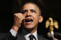 Президент США Барак Обама выступает на ежегодном конгрессе National Action Network в Нью-Йорке 11 апреля 2014 года. Президент США Барак Обама сообщил российскому лидеру Владимиру Путину, позвонившему вечером в понедельник, что Москву ждут дальнейшие издержки из-за действий на Украине, и призвал Кремль использовать всё своё влияние, чтобы обуздать пророссийских сепаратистов в соседней стране. REUTERS/Kevin Lamarque