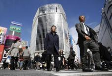 Dans un quartier commerçant de Tokyo. L'économie japonaise souffrira dans un premier temps du relèvement de trois points de la TVA intervenu le 1er avril mais renouera ensuite avec la croissance, a déclaré mercredi le gouverneur de la Banque du Japon Haruhiko Kuroda. /Photo prise le 28 février 2014/REUTERS/Yuya Shino