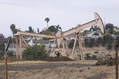 Станки-качалки в Лос-Анджелесе 6 мая 2008 года. Запасы нефти в США выросли за неделю, завершившуюся 11 апреля, на 10,01 миллиона баррелей до 394,14 миллиона баррелей, сообщило Управление энергетической информации (EIA) в среду. REUTERS/Hector Mata