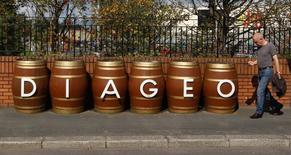 Le géant britannique des alcools et spiritueux Diageo a vu son chiffre d'affaires organique reculer de 1,3% au troisième trimestre de son exercice décalé en raison de difficultés sur les marchés émergents, notamment en Chine. /Photo d'archives/REUTERS/David Moir