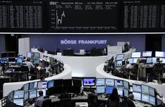 Помещение Франкфуртской фондовой биржи 17 апреля 2014 года. Европейские фондовые рынки снижаются в четверг под давлением акций производителей дорогих алкогольных напитков. REUTERS/Remote/Stringer