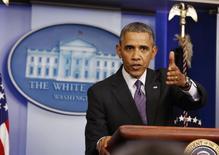 Президент США Барак Обама делает заявление для прессы в Белом доме в Вашингтоне 17 апреля 2014 года. Президент США Барак Обама назвал переговоры между Россией и западными странами, нацеленные на ослабление напряжённости вокруг Украины, вселяющими определённую надежду, но предупредил, что Вашингтон и его союзники готовы наложить новые санкции на Москву, если ситуация не улучшится. REUTERS/Larry Downing