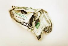 Мятая долларовая купюра в Торонто 22 октября 2008 года.  Американские фондовые менеджеры предупредили в этом месяце о рисках, с которыми могут столкнуться владельцы акций в связи с текущими или возможными новыми санкциями Запада против России, повышая ставки для инвесторов в развивающиеся страны в связи с кризисом на Украине. REUTERS/Mark Blinch