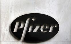 Логотип Pfizer у штаб-квартиры компании в Нью-Йорке 5 ноября 2013 года.  Американский фармацевтический гигант Pfizer обратился к своему британскому конкуренту AstraZeneca с предложением о покупке за 60 миллиардов фунтов ($101 миллиард), сообщила британская газета Sunday Times Со ссылкой на источники в банковской среде и фармацевтическом секторе. REUTERS/Adam Hunger