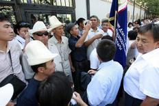 Протестующие блокируют доступ в парламент Киргизии в Бишкеке 15 августа 2011 года. Власти Киргизии пожаловались, что протесты оппозиции отпугнули крупнейшую российскую нефтегазовую компанию, государственную Роснефть, от покупки контроля в столичном аэропорте, который после 13 лет базирования покидают военнослужащие США. REUTERS/Vladimir Pirogov