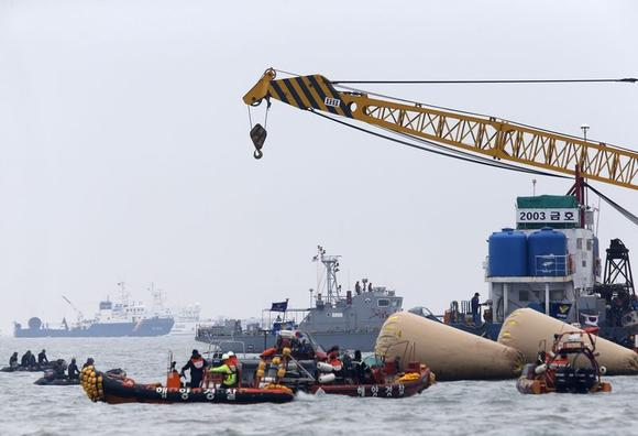 South Korean rescue workers operate near floats where capsized passenger ship Sewol sank last Wednesday, in the sea off Jindo April 22, 2014. REUTERS/Kim Kyung-Hoon