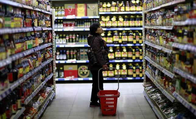 4月21日、アジア地域ではインフレが消えてなくなり、アナリストは予想外と受け止めている。中国遼寧省にあるスーパーマーケットで11日撮影(2014年 ロイター)