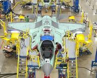 Рабочие на заводе Lockheed Martin Corp в Форт-Уэрт, США 13 октября 2011 года. Операционная прибыль крупнейшего поставщика Пентагона Lockheed Martin Corp выросла на 23 процента в первом квартале 2014 года, позволив компании повысить годовой прогноз на 25 центов. REUTERS/Lockheed Martin/Randy A. Crites/Handout