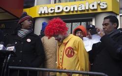 Протестующие у ресторана McDonalds в Нью-Йорке 18 марта 2014 года. Прибыль McDonald's Corp снизилась в первом квартале из-за сокращения числа посетителей ресторанов сети в США. REUTERS/Carlo Allegri