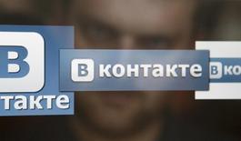 Логотип ВКонтакте на экране компьютера. Фотография сделана 24 мая 2013 года. Основатель крупнейшей российской социальной сети ВКонтакте Павел Дуров сказал, что был уволен и покинул Россию, а союзники Кремля получили полный контроль над его проектом. REUTERS/Sergei Karpukhin