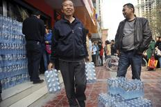 File d'attente pour acheter de l'eau minérale dans la ville chinoise de Lanzhou après une pollution au benzène de l'eau du robinet. Le président de la filiale de Veolia Environnement qui gère le réseau d'eau de cette ville industrielle du nord-ouest de la Chine a présenté ses excuses à la suite de la découverte d'un agent cancérigène dans de l'eau potable fournie par la compagnie, selon l'agence Chine nouvelle. /Photo prise le 11 avril 2014/REUTERS